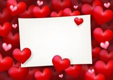 Förälskelse som gifta sig det tomma pappers- kortet för anmärkning som omges, genom att sväva röd hjärta Royaltyfri Fotografi