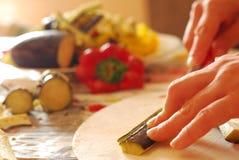 Förälskelse som hjälper dig i köket royaltyfria bilder