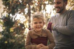 Förälskelse som spelar med pappa På flyttningen Arkivbilder
