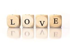 Förälskelse stavade ordet, tärningbokstäver med reflexion Arkivbild
