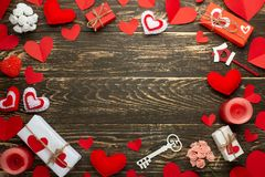Förälskelse textur med röda hjärtor, stearinljus, gåvor för vänner på en träbakgrund valentin för dag s Lägenhet-lekmanna- bästa  royaltyfri bild