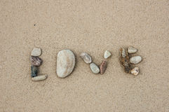 Förälskelse vid stenen på stranden Royaltyfria Foton