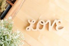 FÖRÄLSKELSEalfabet av träbokstäver på den ljusa träbakgrunden, bästa sikt Begrepp för dag för förälskelse- och valentin` s royaltyfri bild