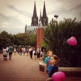 Förälskelseballonger och ungar arkivfoto