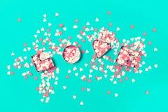 Förälskelsebegrepp med bokstäver FÖRÄLSKELSE och älsklingar på en pastellfärgad tonin Arkivbilder