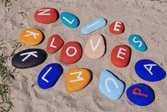 Förälskelsebegrepp på färgglada pebbles Arkivbilder