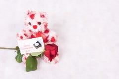 Förälskelsebjörn med rosa hjärtor och lyckliga valentin för kort dag Royaltyfria Foton