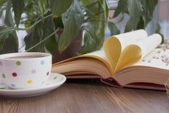 Förälskelsebok och coffe Royaltyfri Foto