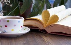 Förälskelsebok och coffe Royaltyfri Fotografi