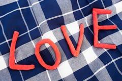 Förälskelsebokstäver över en picknickfilt Royaltyfri Foto