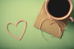 Förälskelsebokstav, kuvert och rosa färgkopp kaffe card min portfölj till valentinvälkomnandet Horisontal plant lägga Royaltyfri Fotografi