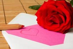 Förälskelsebokstav med den röda rosen Royaltyfri Foto
