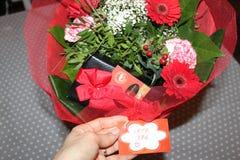 Förälskelsebuketten blommar angenäma godissötsaker Arkivfoto
