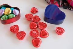 Förälskelsechoklader box daggåvaflickvännen som ger hans man rött s till valentinbarn Arkivfoton