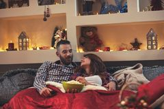 FörälskelseChrismas par i sovrum arkivbild
