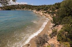 Förälskelsefjärdstrand, Poros ö, Grekland, Juni 10th, 2018 Arkivfoton