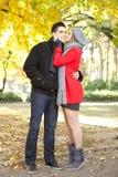 Förälskelseflicka som kysser henne pojkvän Royaltyfri Foto