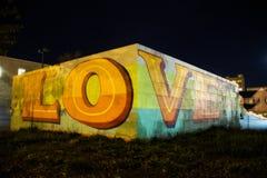 Förälskelsegrafitti på en vägg i Rochester New York arkivfoton
