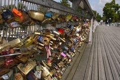 Förälskelsehänglås av den Passerelle Solferino bron. royaltyfri bild