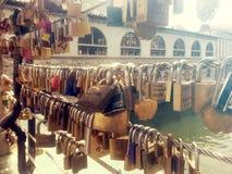 Förälskelsehänglås på bron för slaktare` s i Ljubljana Arkivbilder