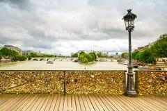 Förälskelsehänglås på den Pont des Arts bron, Seine River i Paris, Frankrike. arkivfoton
