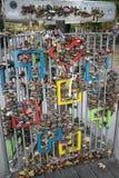 Förälskelsehänglås på staketet i Budapest Arkivfoto