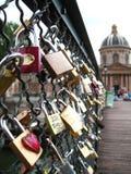 Förälskelsehänglås, Pont des Arts, Paris Arkivfoto
