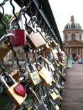 Förälskelsehänglås, Pont des Arts, Paris Royaltyfri Fotografi