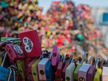 Förälskelsehänglåsen i det Namsan tornet royaltyfria bilder