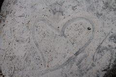 Förälskelsehjärta i sanden Arkivfoton