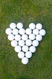 Förälskelsehjärta som göras av golfbollar Arkivfoto