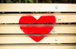 Förälskelsehjärta som hänger på trätexturbakgrund Fotografering för Bildbyråer