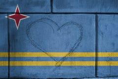 Förälskelsehjärtaallsång på väggen med att blanda den Aruba flaggan Royaltyfri Fotografi
