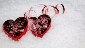 Förälskelsehjärtor i snö