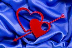 Förälskelsehjärtor med pilen Arkivbild
