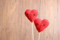 Förälskelsehjärtor på brun wood texturbakgrund, ljus mjuk signal, Royaltyfri Foto