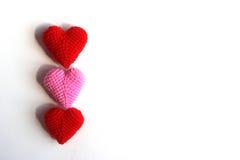 Förälskelsehjärtor på vitbok texturerar bakgrund, mjuk signal för ljus, Royaltyfri Foto
