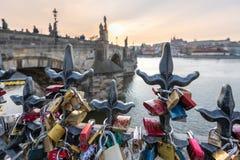 Förälskelselås hängde längs den Pragues Vltava floden - bredvid Charles Bridge - Tjeckien - April 2019 royaltyfria bilder