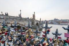 Förälskelselås hängde längs den Pragues Vltava floden - bredvid Charles Bridge - Tjeckien - April 2019 royaltyfri bild