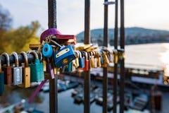 Förälskelselås hängde längs den Pragues Vltava floden - bredvid Charles Bridge - Tjeckien - April 2019 arkivbild