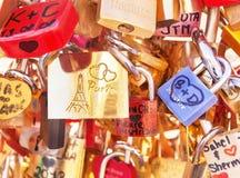 Förälskelselås (hänglås) som fästas till bron i Paris france Royaltyfria Foton