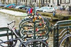 Förälskelselås i Amsterdam royaltyfri foto