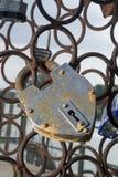Förälskelselås på bron arkivfoto