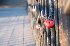 Förälskelselås på bron fotografering för bildbyråer