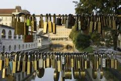 Förälskelselås på bron i Ljubljana Arkivbilder