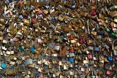 Förälskelselås på den Paris bron Royaltyfri Foto