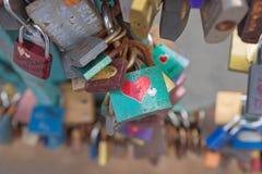 Förälskelselås på en bro Royaltyfria Foton