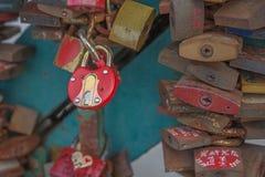 Förälskelselås på en bro Arkivbilder