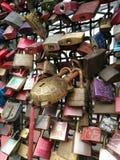 Förälskelselåsen som är fullfilleds på den hohenzollern bron Royaltyfri Foto
