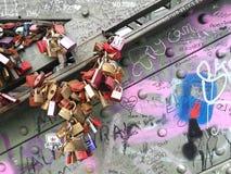Förälskelselåsen som är fullfilleds som fästas på den hohenzollern bron Arkivbilder